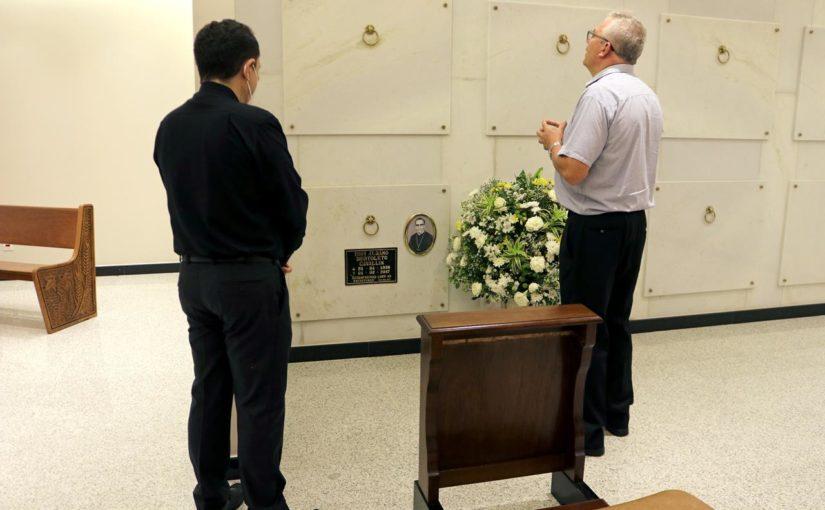 Quatro anos de falecimento: dom Geremias visita túmulo de dom Albano Cavallin